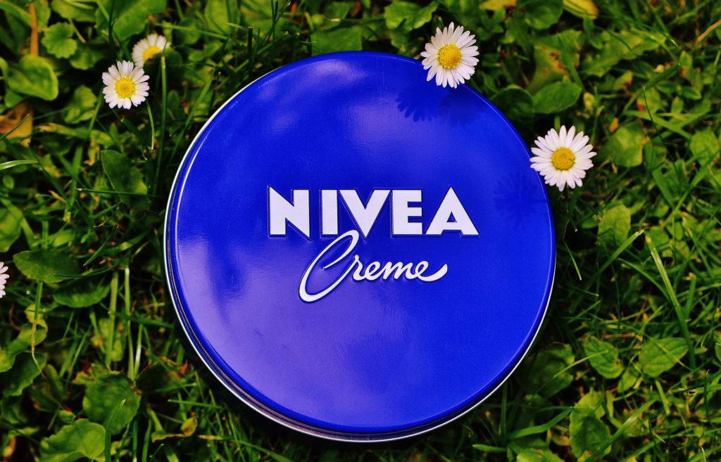 Eine Dose Nivea-Hautcreme auf einer Wiese